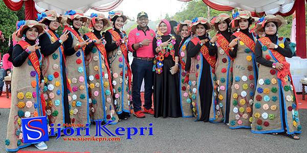 Walikota Tanjungpinang, H. Lis Darmansyah dan Ketua TP PKK Kota Tanjungpinang, Hj. Yuniarni Pustoko Weni dan peserta Jambore.