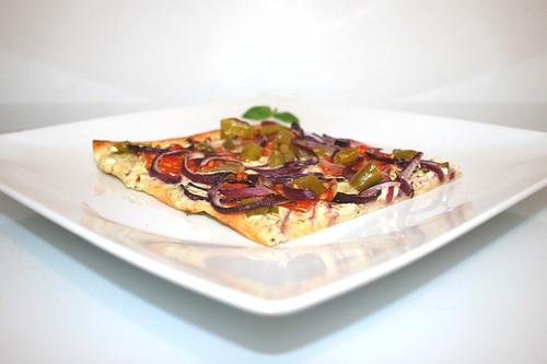 22 - Tarte  flambeé hot pepper chorizo - Side view / Pikanter Peperoni-Chorizo Flammkuchen - Seitenansicht