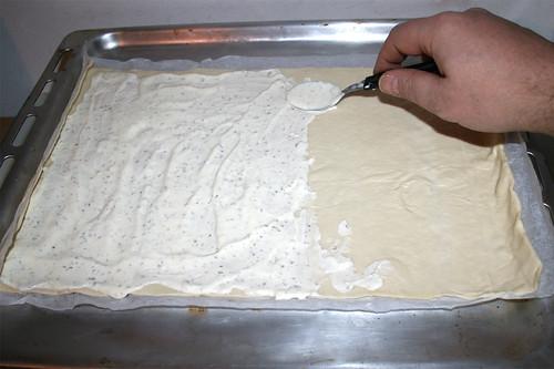 17 - Flammkuchenteig mit Quarkmischung bestreichen Spread dough with curd mix
