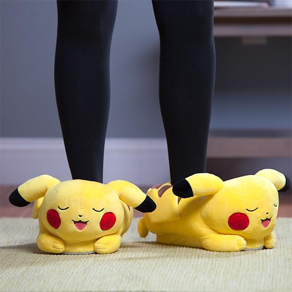 邊走路邊放電的賣萌神物?!ThinkGeek《精靈寶可夢》皮卡丘發光拖鞋 Light-up Pikachu Slippers 冬天要保暖,就決定是你了!