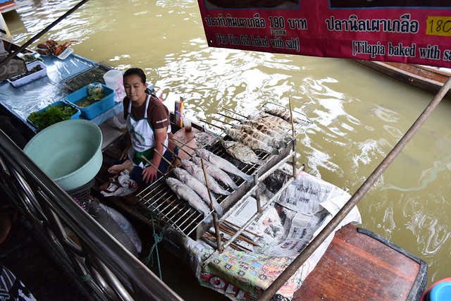 船の上で魚をどーんと焼く