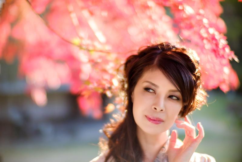 Autumn leaves and kimono beauty (Cocoro Kusano)