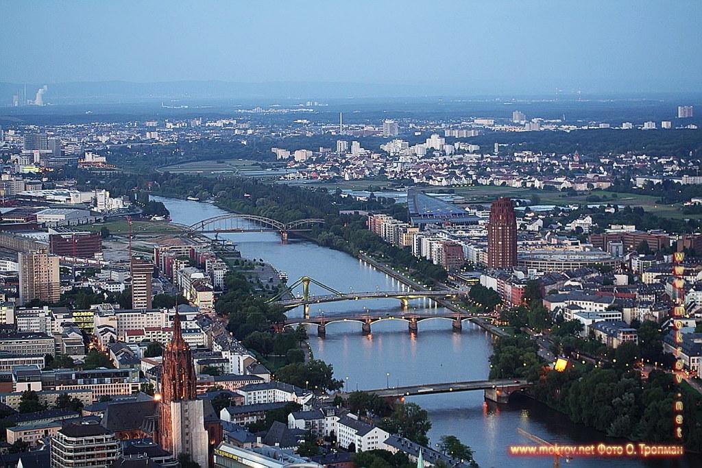 Города Франкфурт на Майне прогулки туристов с фотокамерой