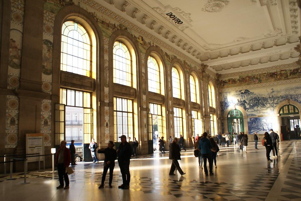 Superbe hall de voyageurs dans la gare de Sao Bento dans le centre de Porto.