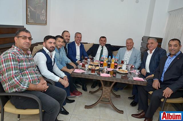 Alanya Belediye Başkanı Adem Murat Yücel, ALTSO Başkanı Mehmet Şahin işletme sahibi ve davetliler ile birlikte Albüm'e poz verdiler