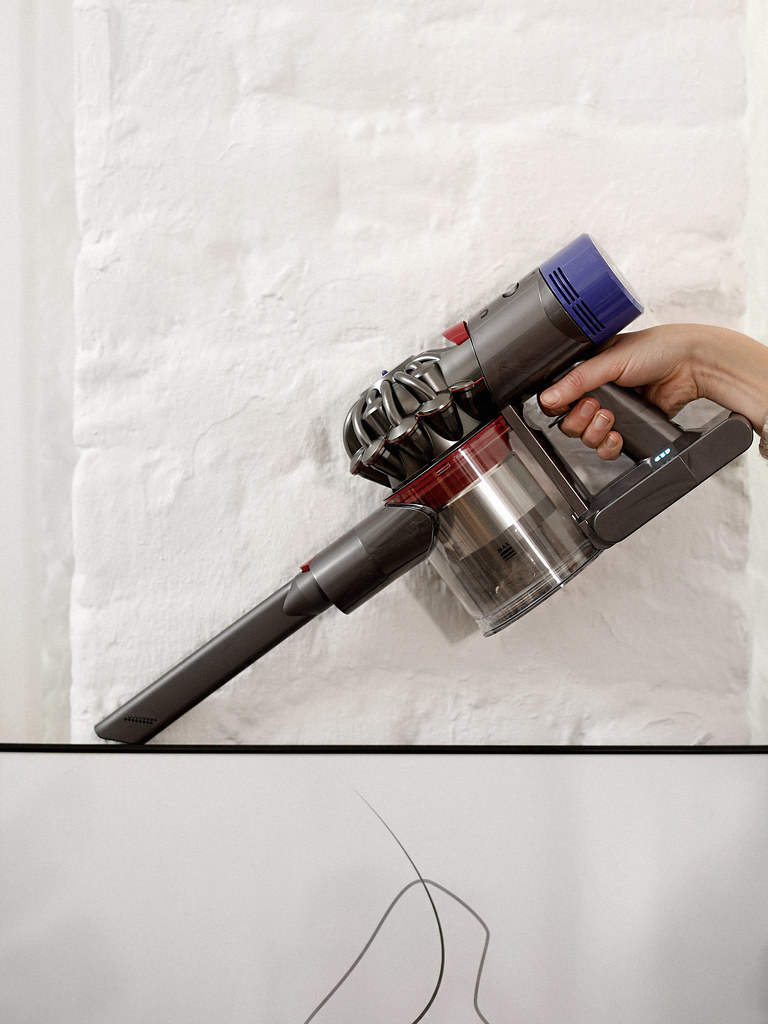 dyson v8 staubsauger cleaning home lifestyle better living homework stylish gadget motor design corporate photography loft loftliving cats & dogs blog ricarda schernus düsseldorf germany max bechmann fotografie film 1