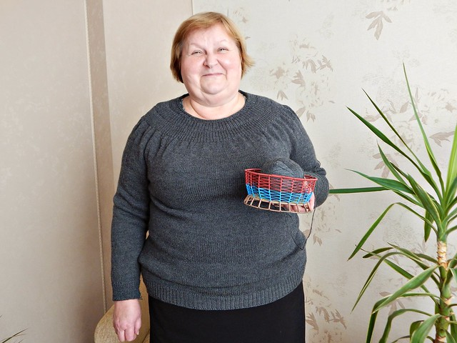 мама в свитере2 | my mom wearing a grey sweater