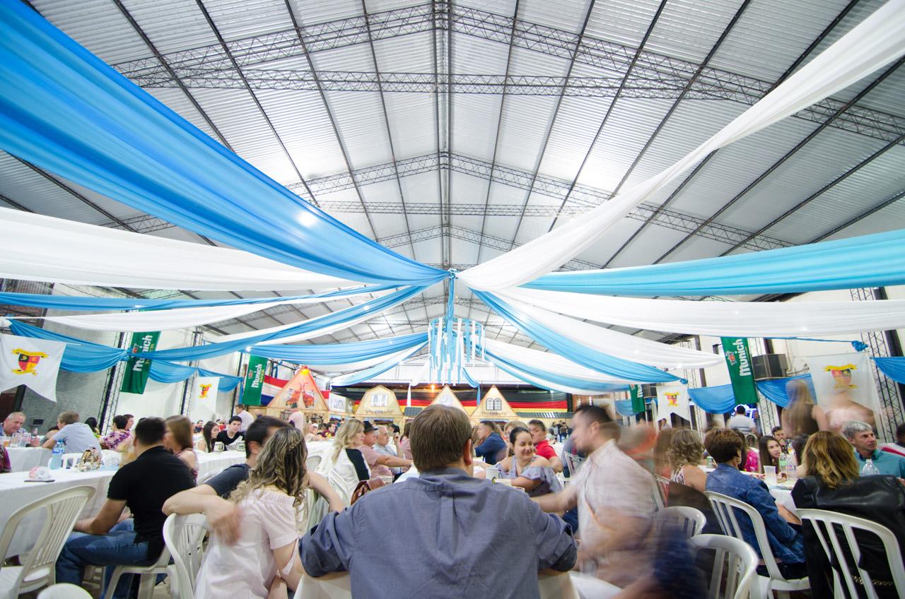En el patio de comidas del Club Alemán de Colonia Obligado, se juntó toda la gente para disfrutar las comidas típicas y manijas de chopp. (Elton Núñez).