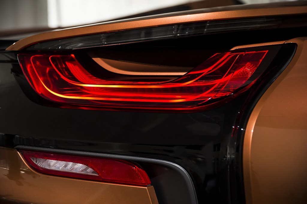 2019-BMW-i8-Roadster-Coupe-24