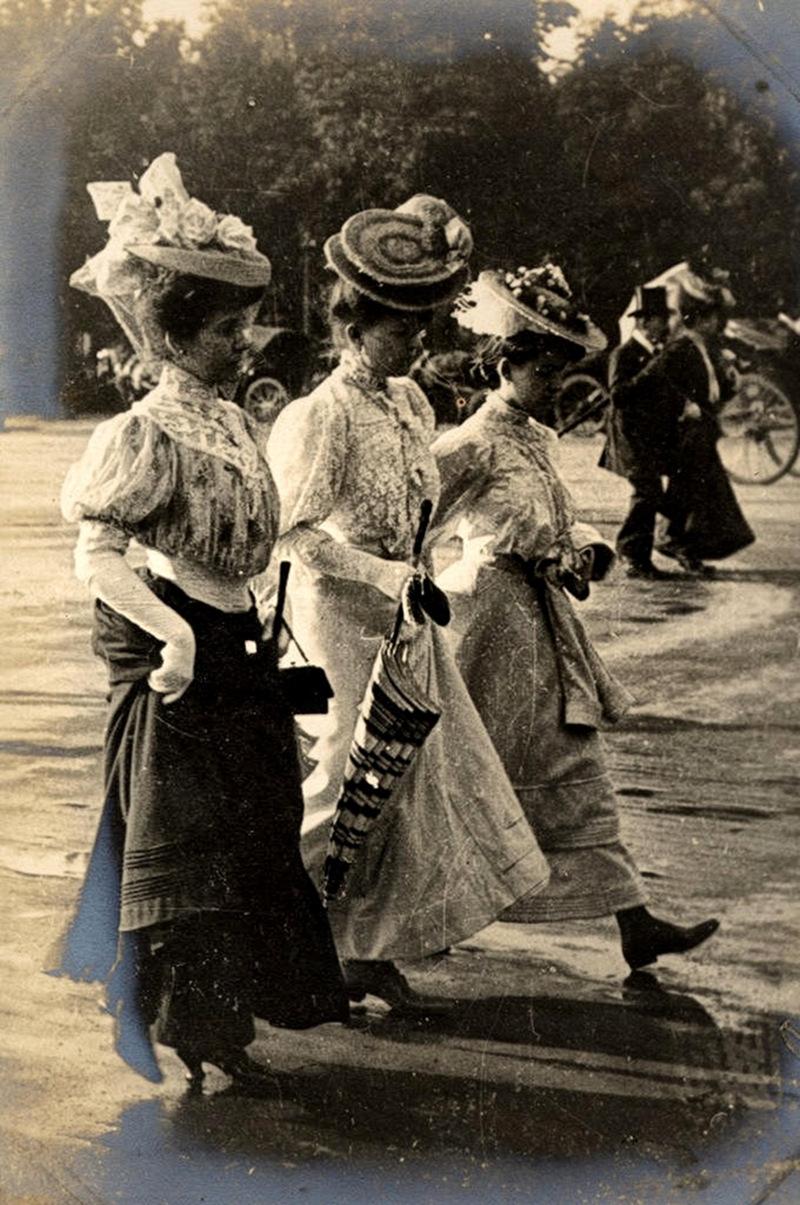 3 women walk the Avenue des Champs-Élysées, 1906