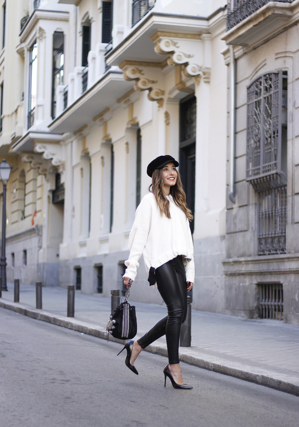 white sweater black leatherette pants sailor cap fall outfit trend tendencias otoño09