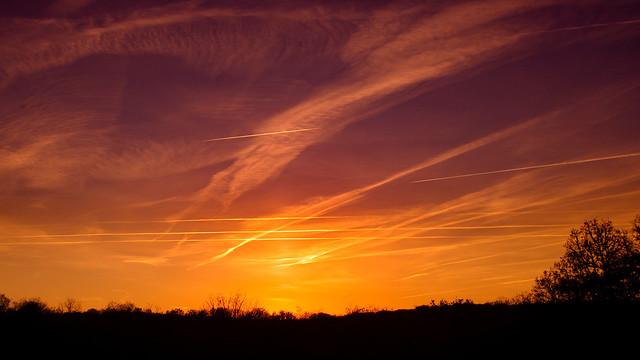 traînées de condensation soleil couchant - contrail at sunset