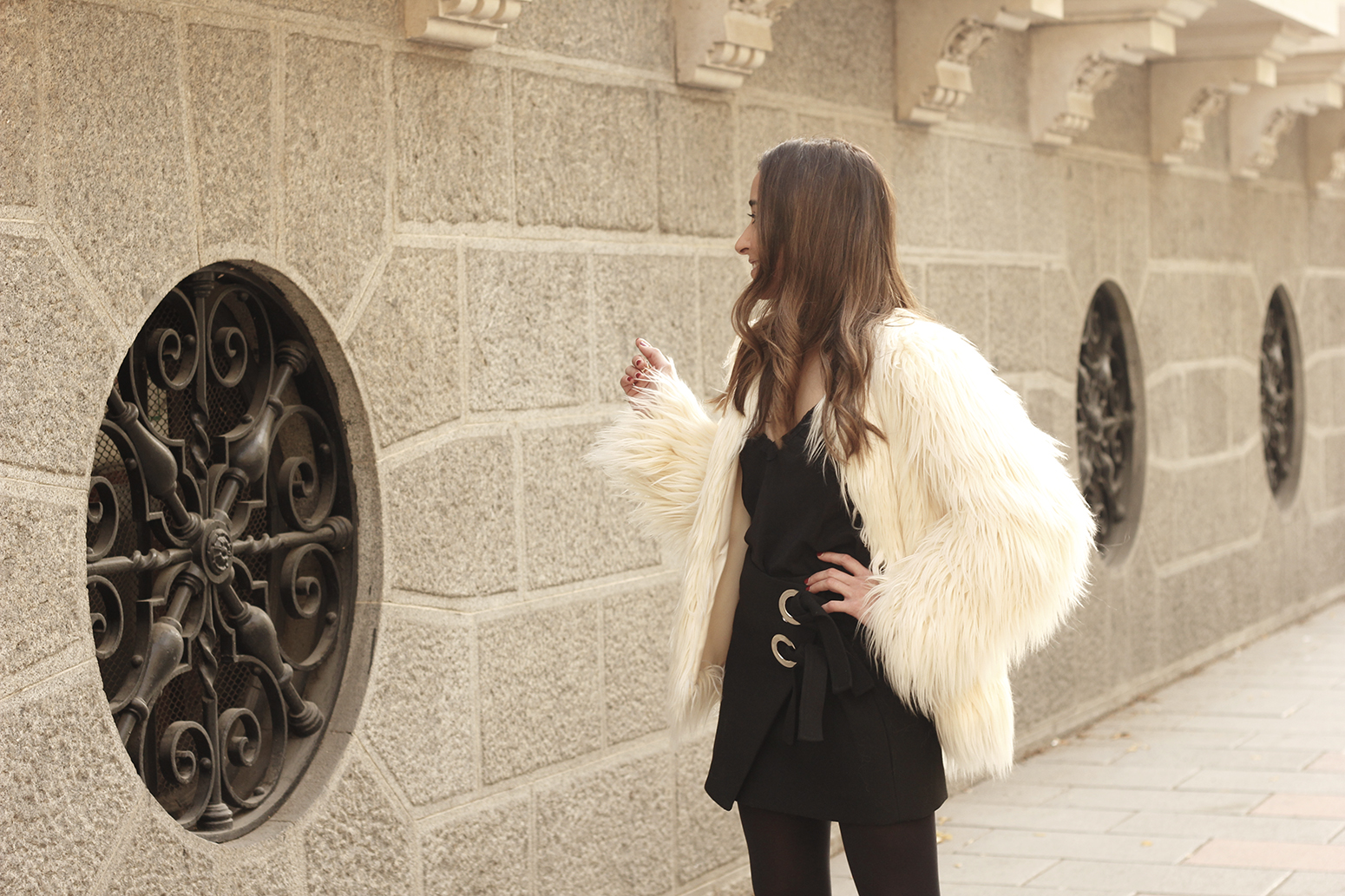 faux fur white coat black skirt military boots fall outfit street style03