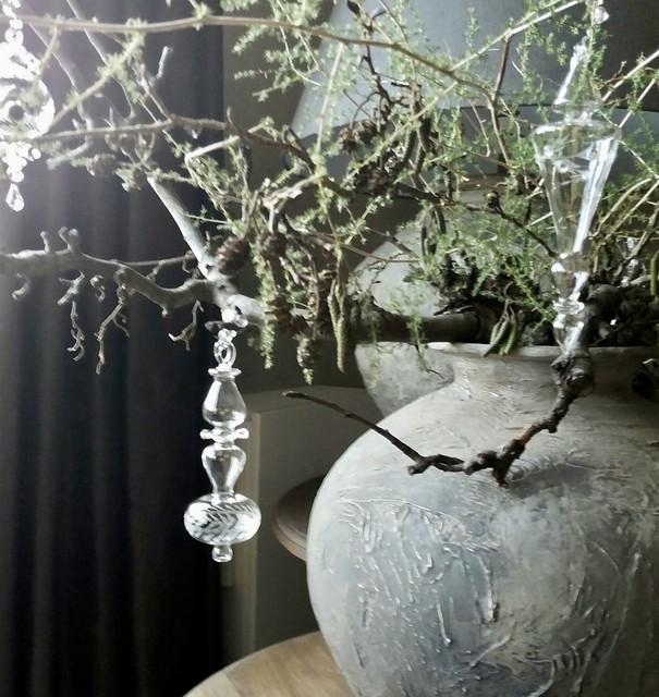 Glazen kersthanger, kruik met takken