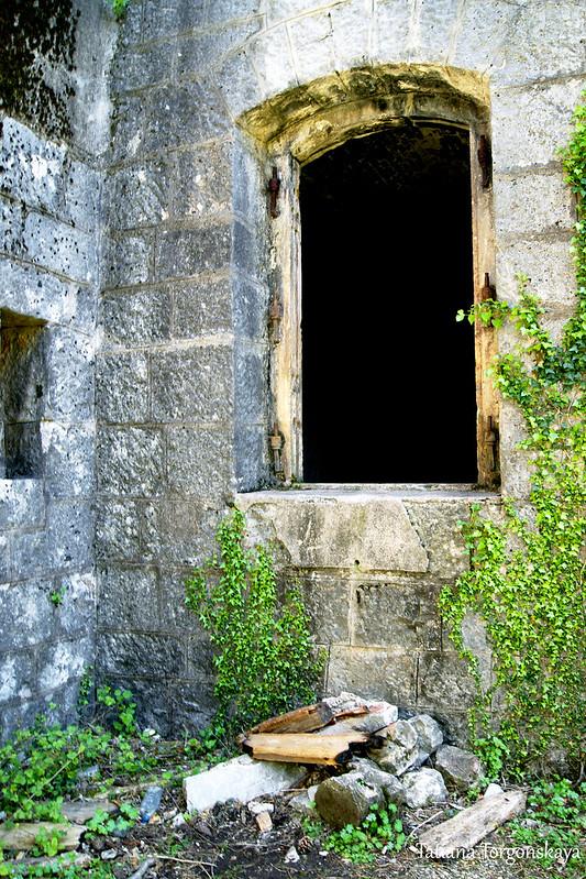 Окошко, через которое можно пролезть в крепость