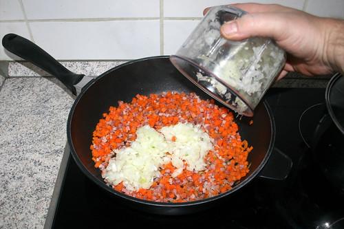 32 - Gewürfelte Zwiebel dazu geben / Add diced onion