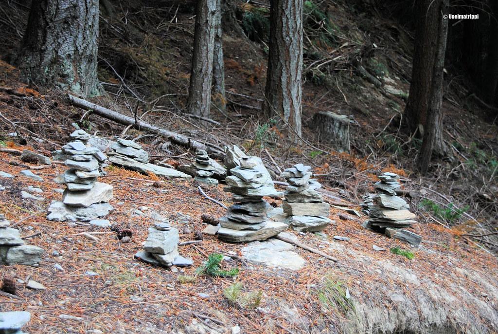 Kiviasetelmia matkalla Queenstown Hillin huipulle, Uusi-Seelanti