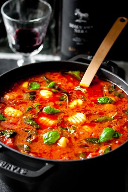 Italienische Tomatensuppe mit Salsiccia und Gnocchi