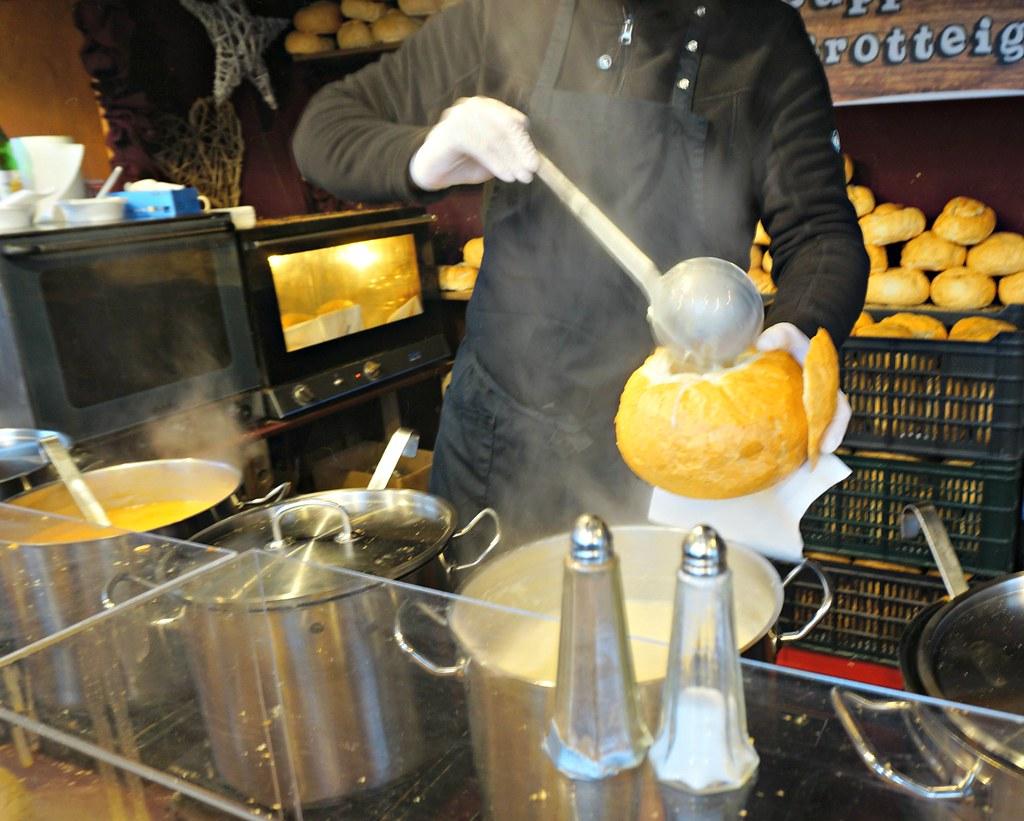 Gulassia leivän sisään Wienin joulumarkkinoilla