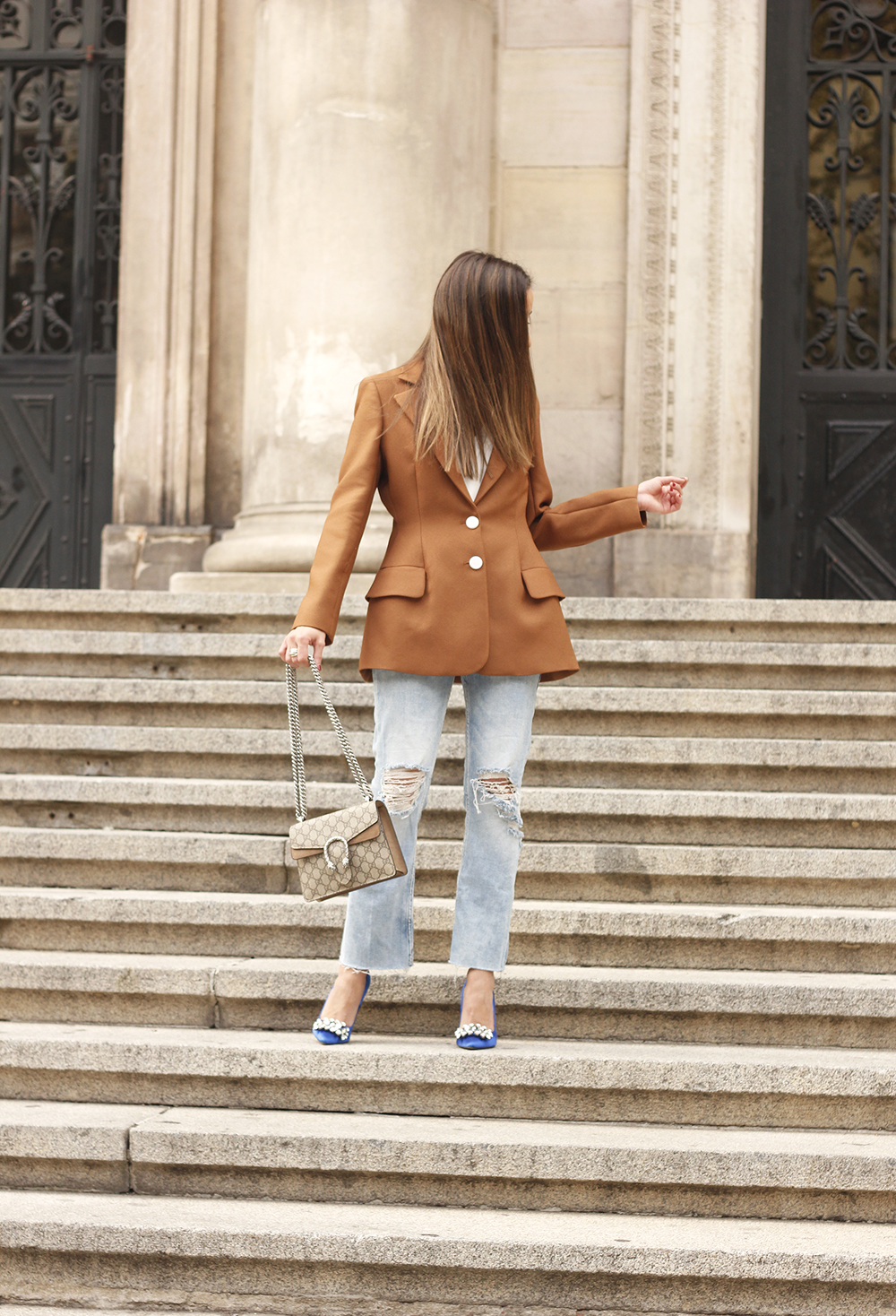 brown blazer uterqüe ripped jeans blue heels gucci bas fall outfit05