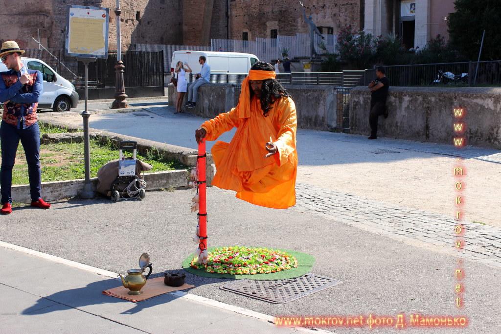 Рим — столица Италии  прогулки туристов с Фотоаппаратом