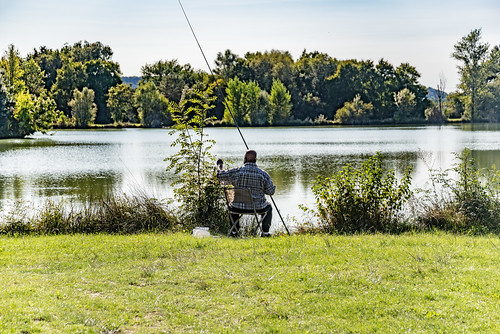 21-Pêcheur sur le lac de Magre