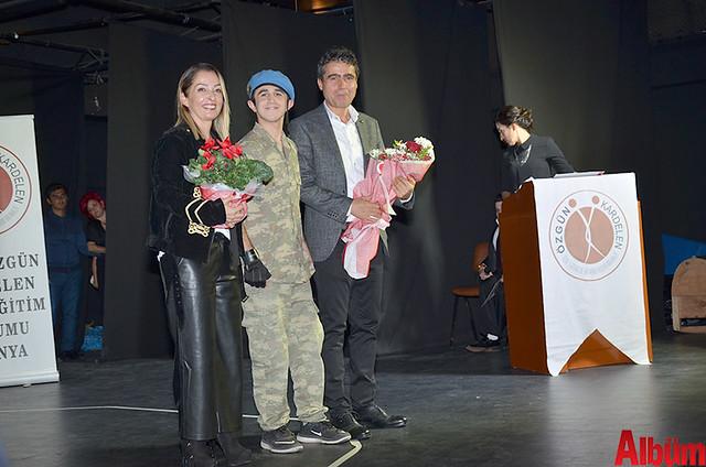 Perihan Özdeş ve Feridun Özdeş'e konuşmaların ardından öğrencileri tarafından çiçek verildi.