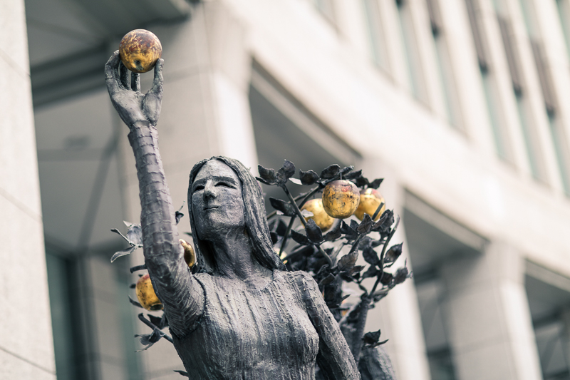 Statue of woman with apple