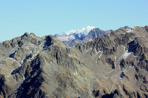 Le Mont Blanc se dessine au loin