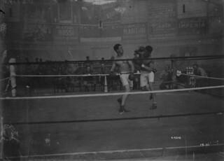 Sergeant Fowler and Driver Pope boxing,  Brussels, Belgium / Le sergent Fowler et le chauffeur Pope s'affrontant dans un combat de boxe, Bruxelles (Belgique)