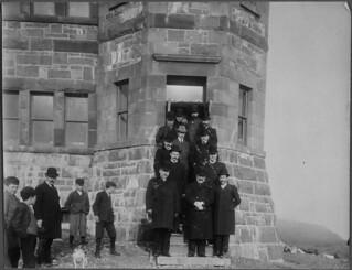 Guglielmo Marconi (with light hat) and members of the administration of Newfoundland, Signal Hill, St. John's / Guglielmo Marconi (portant un chapeau pâle) et des membres de l'administration de Terre-Neuve, colline Signal, St. John's
