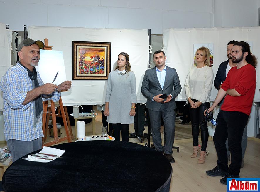 Hikmet Çetinkaya, Moneta'daki sergisinin açılışından sonra canlı performans sergiledi.