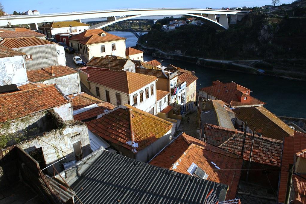 Vue sur le quartier de Porto en partie en ruine.