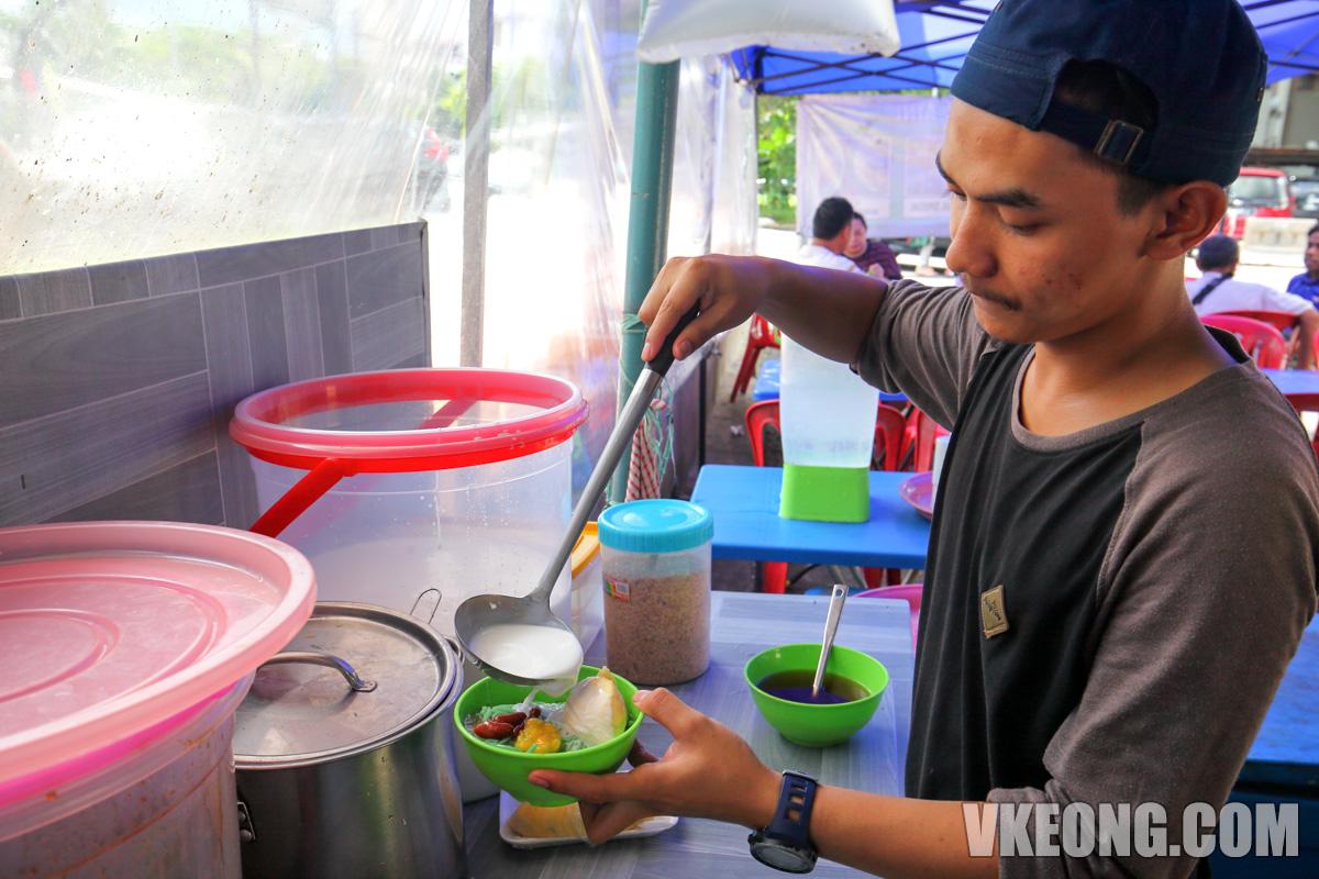 Warisan-Kak-Aini-Preparing-Cendol