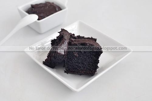 Bolo de chocolate e beterraba vegano fatiado