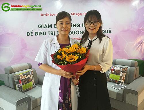 MC tặng hoa bác sĩ trong buổi giao lưu trực tuyến
