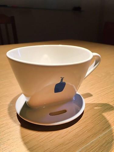 【手帖365】Blue Bottle藍瓶咖啡濾杯 光看就知道我是為了藍瓶子買的(誰不是呢)。謝謝我的偶像34號幫我從日本拎回來(手比愛心)! 這款陶瓷濾杯是bonmac幫藍瓶代工的,是很古典的單恐扇形濾杯,有點厚度的陶瓷保溫效果好,使用起來很順暢(噗)。現在藍瓶有新款的圓形濾杯,看起來更薄,藍色瓶子顏色好像也有一點不一樣,而且主打「MIT麻省理工大學物理學研究人員設計」,好有趣,誰買了新款可以借我把玩嗎? #生活手帖365 #沒有朋友怎麼辦 →看其他生活手帖365:http://ift.tt/2yUXYr