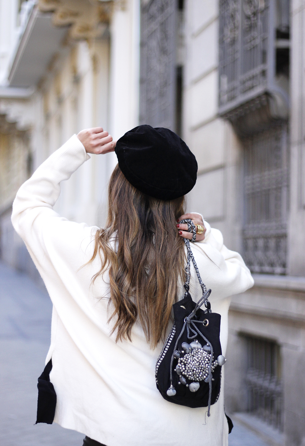 white sweater black leatherette pants sailor cap fall outfit trend tendencias otoño17