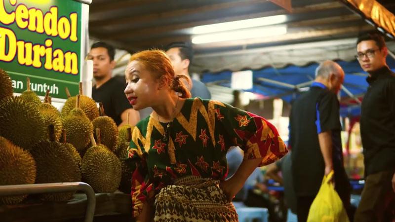 Upiak Isil dalam video musik terbaru lagu Tak Tun Tuang.