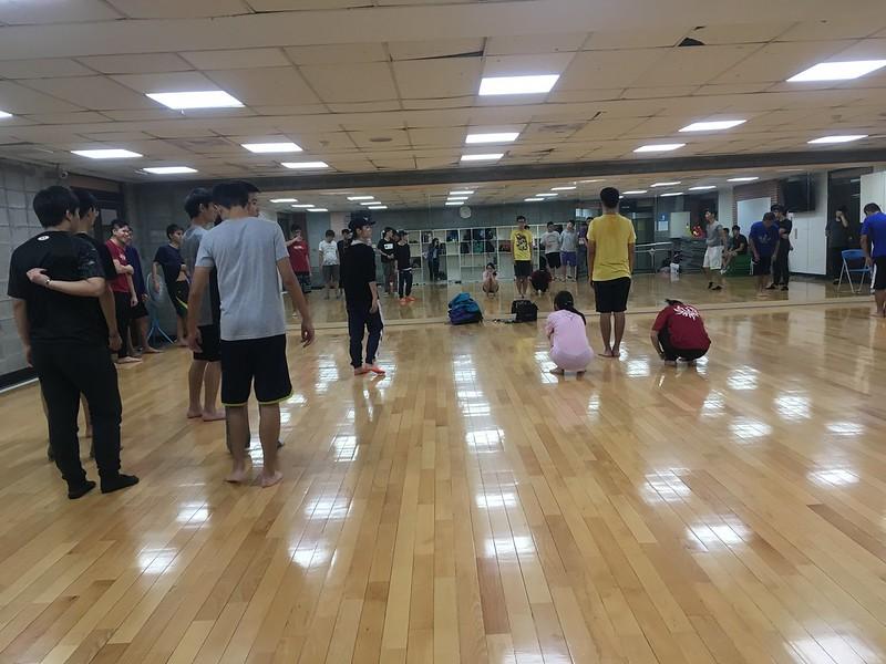 工教系正努力接受教練指導為啦啦練習2。圖/陳思羽攝