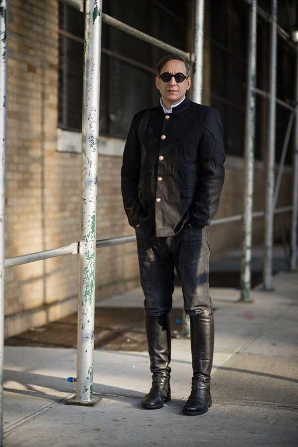 黒スタンドカラージャケット×白シャツ×ブラックジーンズ×黒ロングブーツ