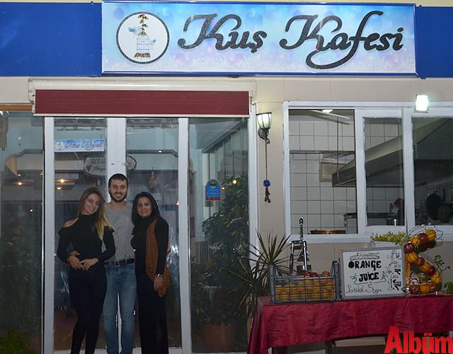 Kuş Kafesi işletme sahibi Şerife Sıvacı, kızı Tuğçe Nur Polat ve damadı Engin Malatyalı ile birlikte Albüm için poz verdi.