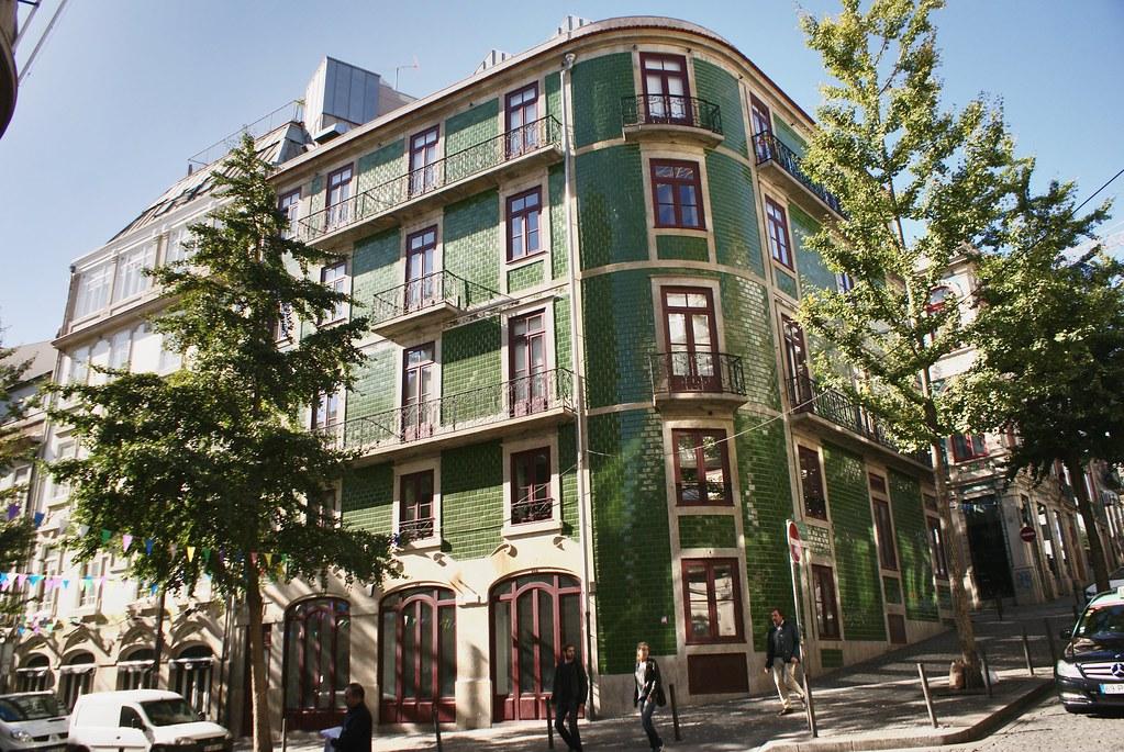 Superbe immeuble tout de vert vêtu à Porto, quartier de Baixa / Sé.