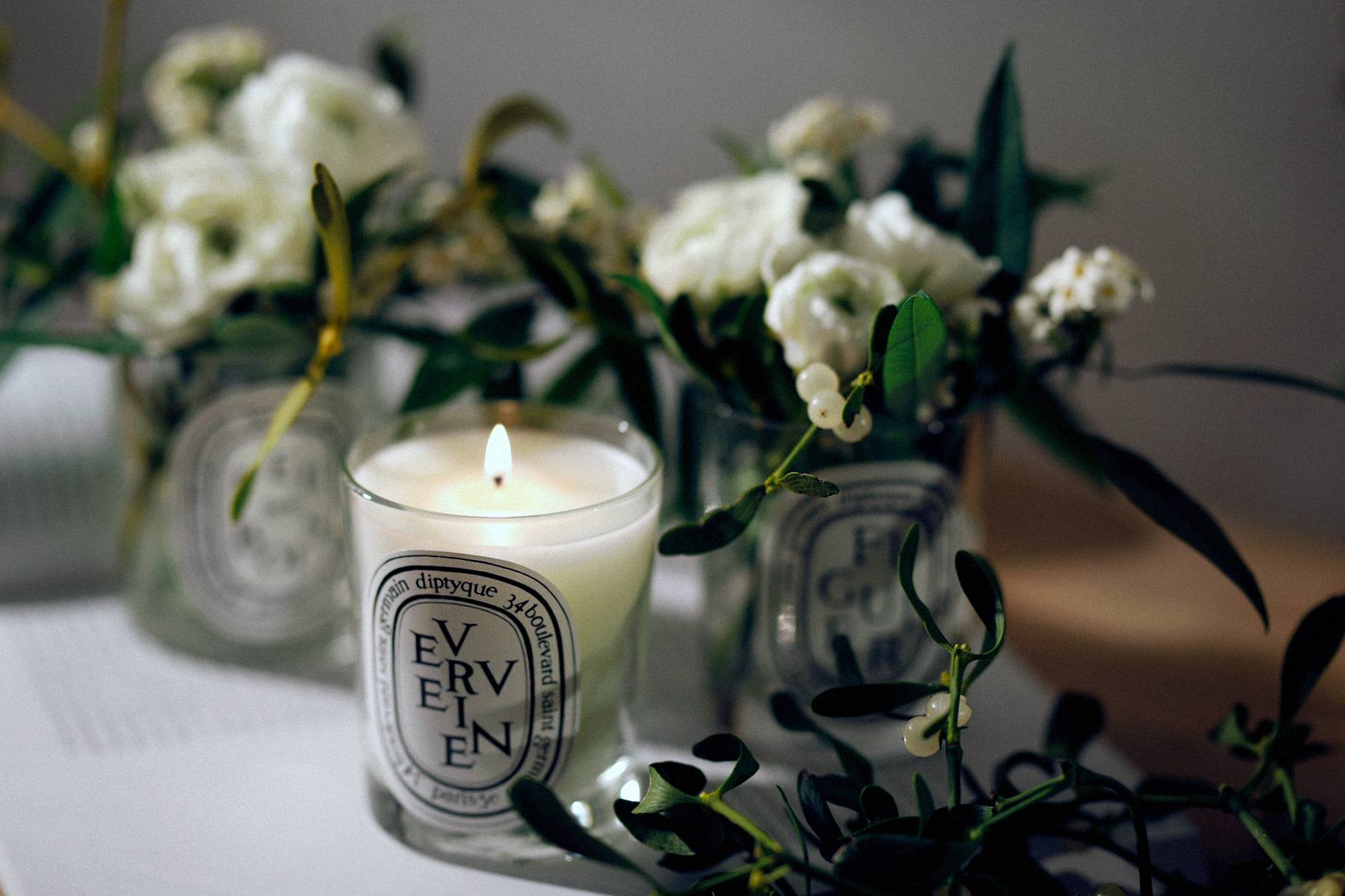 diptyque advent christmas decor white flowers floral decor floristik gesteck winter home and living interior design flowerdesign bloom cats & dogs lifestyle beauty fashion blogger modeblog fashionblog hund und katze ricarda schernus max bechman fotograf 3