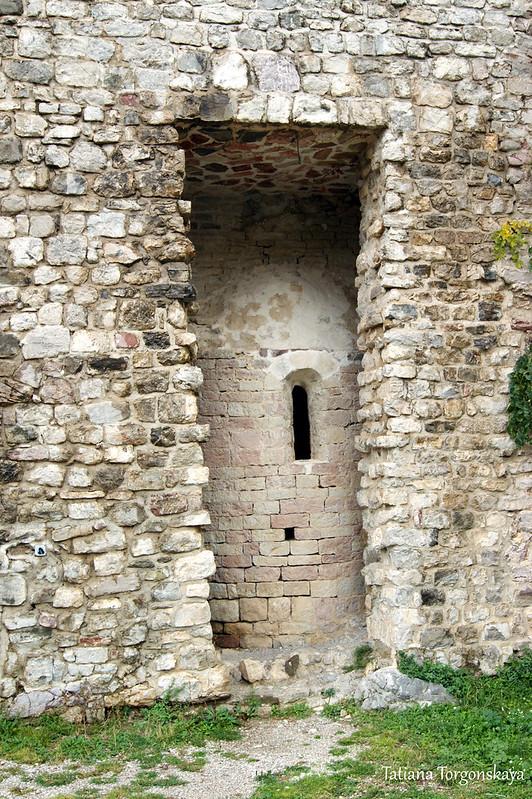 Апсида в проеме крепостной стены