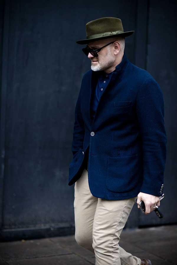 オリーブハット×紺テーラードジャケット×紺ポロシャツ×チノパン