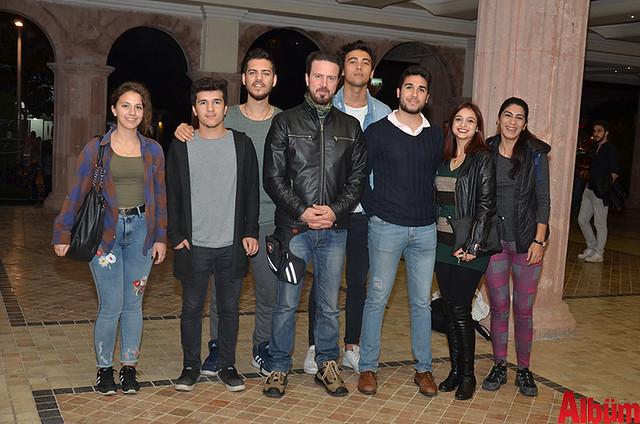 ALKÜ Tiyatro Kulübü ve AKM Tiyatro Topluluğu hep birlikte poz verdi.