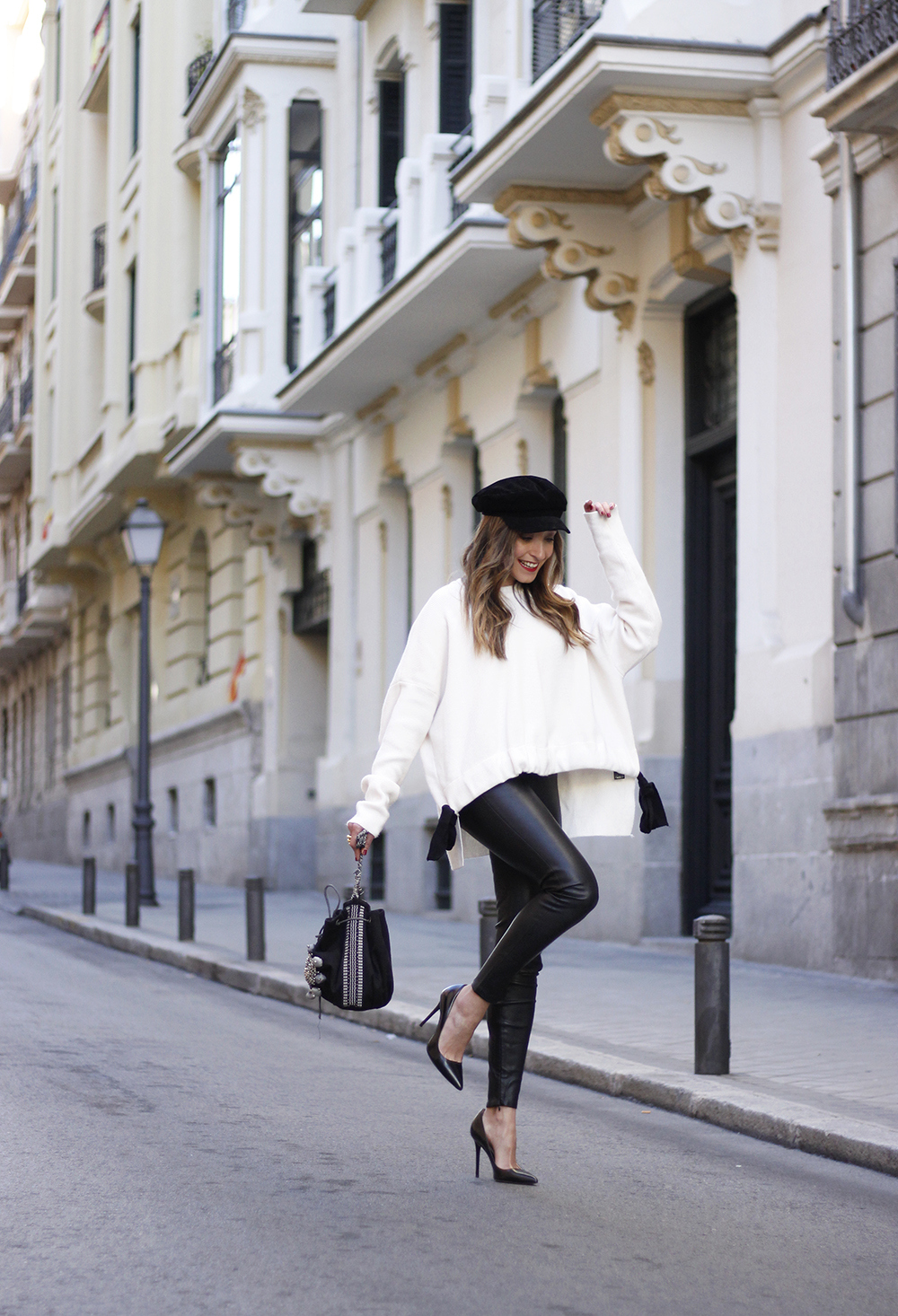 white sweater black leatherette pants sailor cap fall outfit trend tendencias otoño08