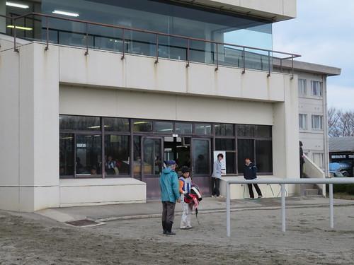 金沢競馬場の検量室の前で会話する中島龍也騎手