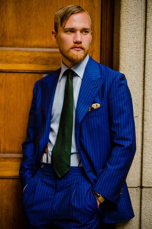 ブルーストライプスーツ×ライトブルーシャツ×緑ネクタイ